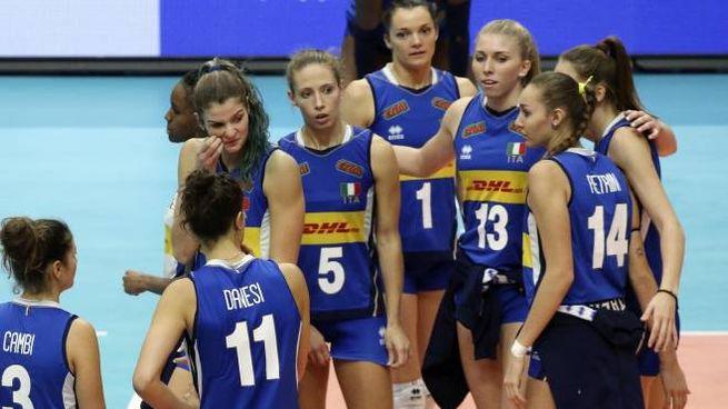 La delusione delle azzurre del volley dopo la sconfitta con la Serbia (Ansa)