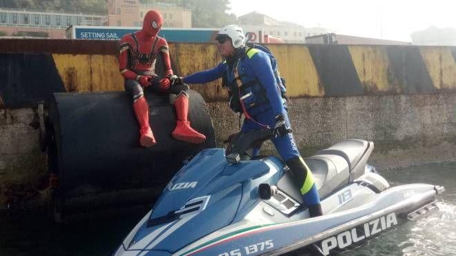Il giovane inglese vestito da Spiderman al porto