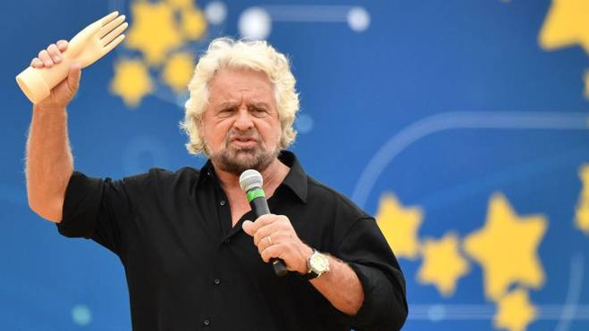 Beppe Grillo con la 'manina' su palco di Italia 5 Stelle (Lapresse)