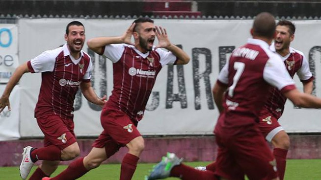 Il Fano esulta dopo il gol contro la Samb (Fotoprint)