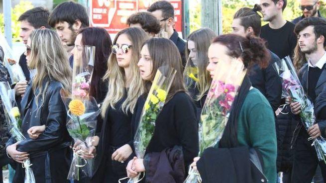RABBIA E COMMOZIONE Daniele Bertolini, il diciottenne rimasto ucciso nell'incidente, e un gruppo di compagni dell'Itis Mattei di Sondrio