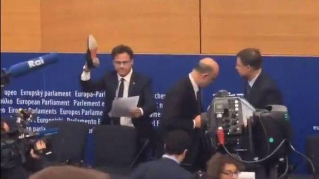 Angelo Ciocca calpesta il testo della Ue (Twitter)