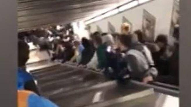 cede scala mobile nella metro Repubblica di Roma (Lapresse)