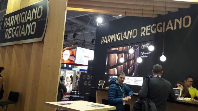 ESPOSITORI Lo stand del Parmigiano Reggiano. Il consorzio è una delle oltre settemila presenze al Sial