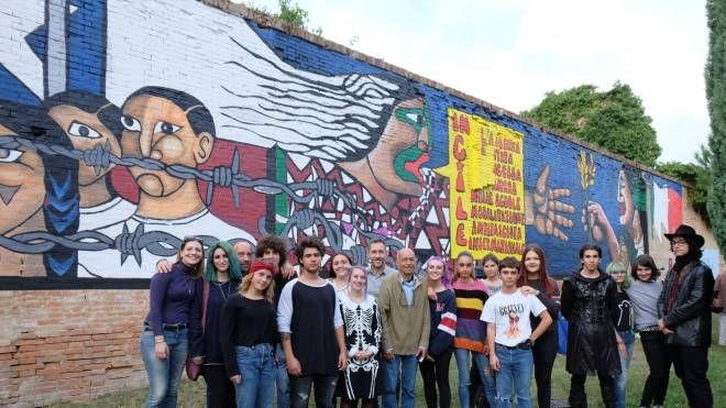 I ragazzi del liceo artistico e musicale di Forlì durante l'inagurazione del murale cileno