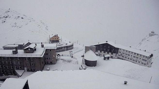 Neve al passo dello Stelvio: 170 persone bloccate (Anas)