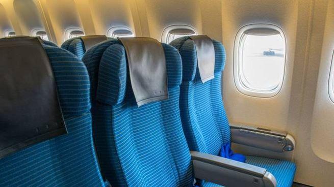 Il poggiatesta è la superficie più sporca che tocchiamo in aereo - Foto: lovell35/iStock