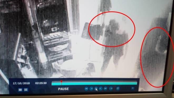 Le due figure riprese dalle telecamere di sorveglianza