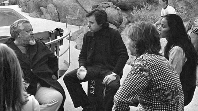 Orson Welles, Peter Bogdanovich e Oja Kodar sul set – Foto: Royal Road Entertainment