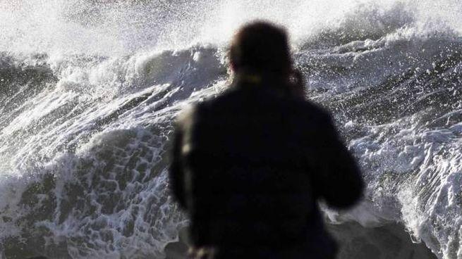 Alessandro Benedetti di fronte alla mareggiata