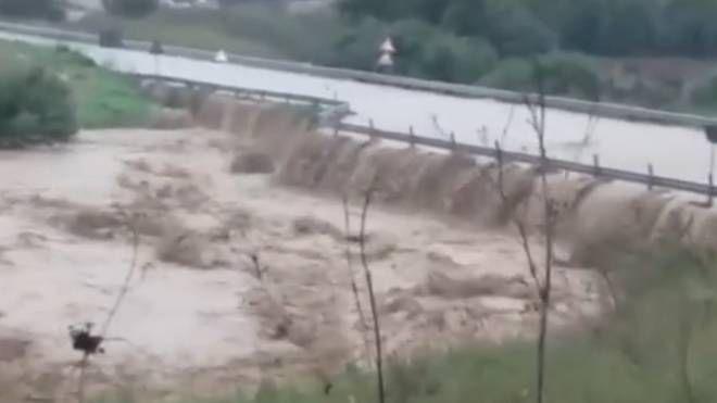 Sicilia, la statale è un fiume di fango