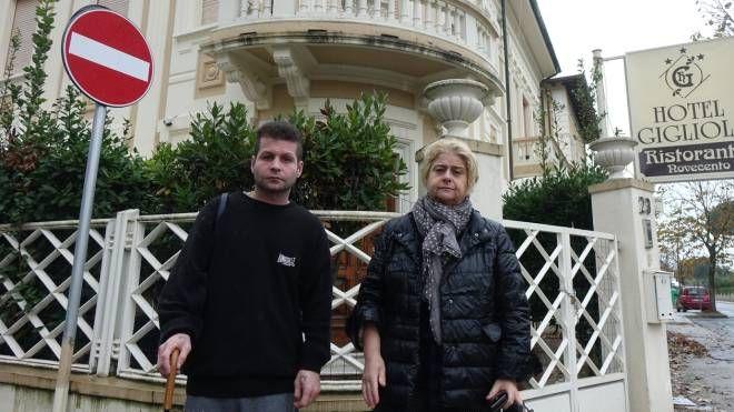 Monica Ceragioli e il figlio davanti all'hotel Gigliola denunciano i vandalismi alla struttura