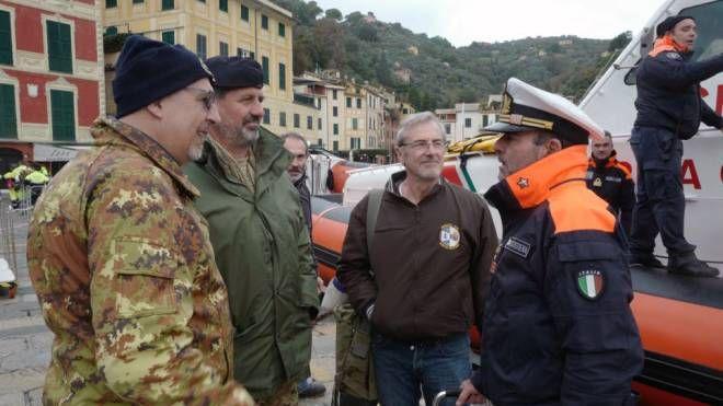 Paolo Bassignani nella piazzetta di Portofino insieme a personale della Capitaneria e al comandante di Marifari (foto di Elisabetta Cesari)