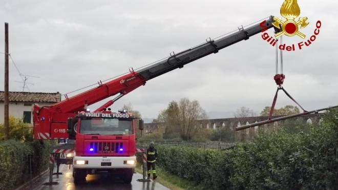 L'intervento della gru dei vigili del fuoco
