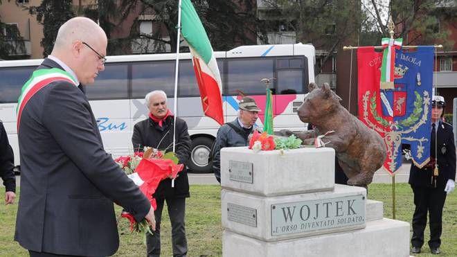 Imola, cerimonia per l'orsetto Wojtek (Foto Isolapress)