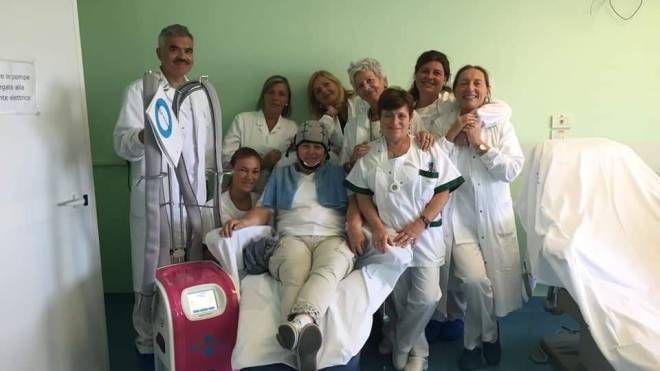 Sabrina Tonelli in ospedale con l'innovativa 'cuffia'