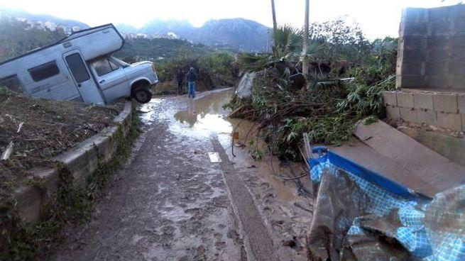 La stradella che conduce alla villa della tragedia a Casteldaccia (Ansa)