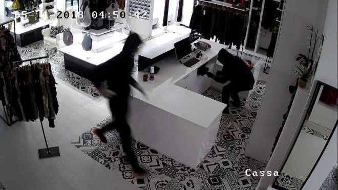Un fotogramma del momento del furto nella notte