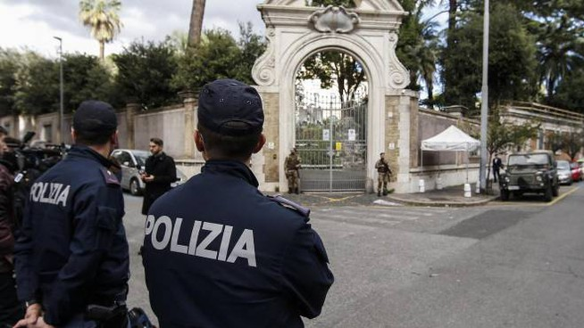 Polizia davanti alla Nunziatura dove sono state trovate le ossa (Ansa)