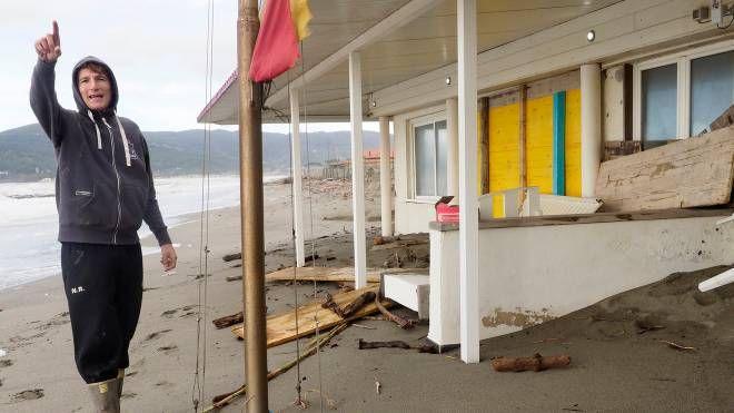 Uno stabilimento sulla spiaggia di Marinella allagato dalle ultime violente mareggiate