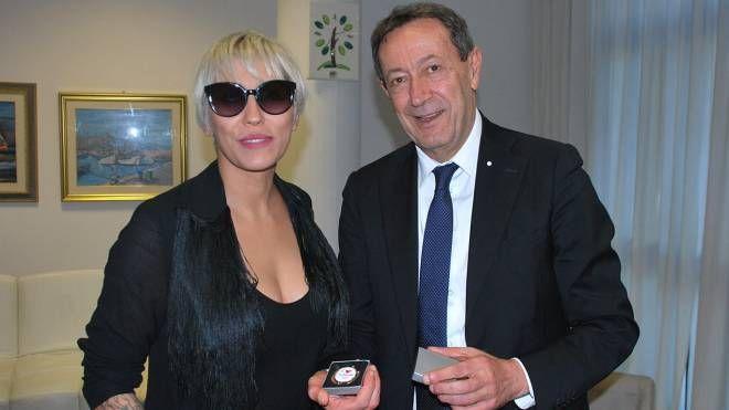Malika Ayane con il sindaco di San Benedetto, Pasqualino Piunti (Foto Sgattoni)