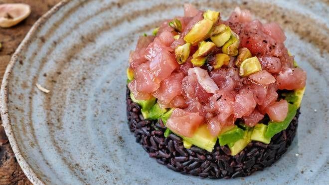 Tartare di tonno, avocado e riso nero