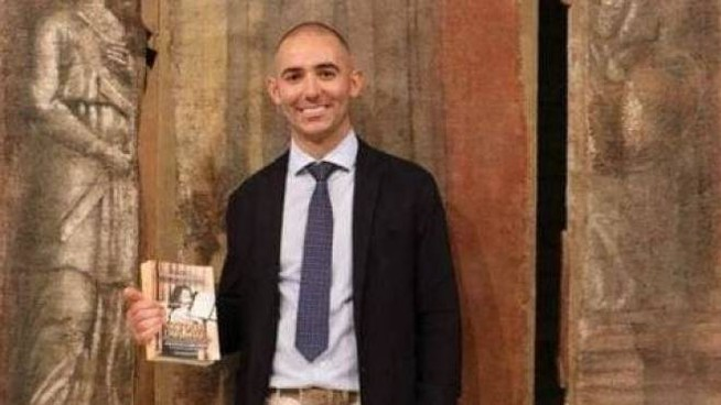 Tommaso Nelli (foto di Andrea Contenti) con il libro su Emanuela Orlandi