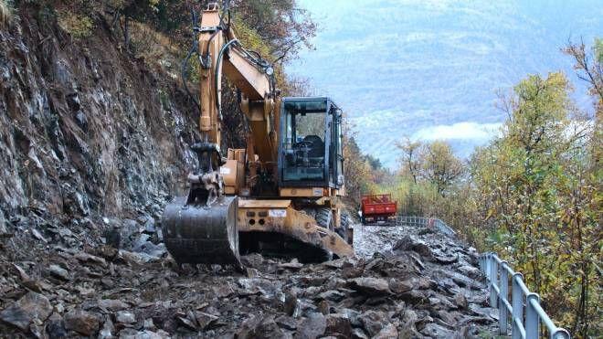 EMERGENZA Il dissesto con i problemi alla strada per la Val d'Arigna e nel tondo il sindaco  di Ponte  in Valtellina Franco Biscotti