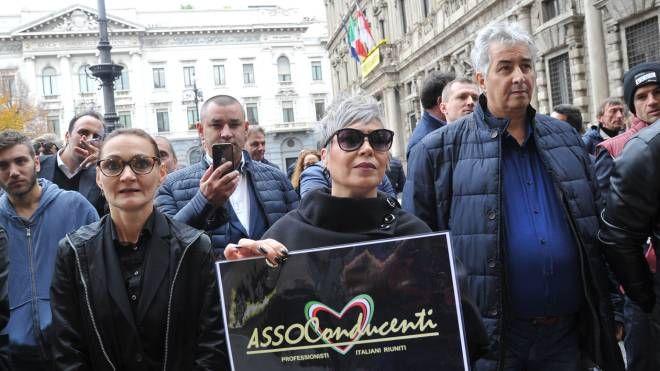 Gli autisti Ncc in presidio davanti a Palazzo Marino
