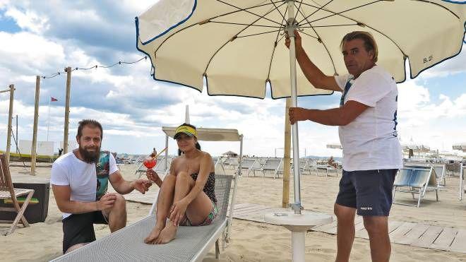 Bagnini in spiaggia e ombrelloni