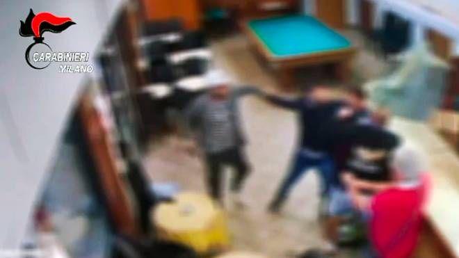 Un'aggressione ripresa dalle telecamere di un bar