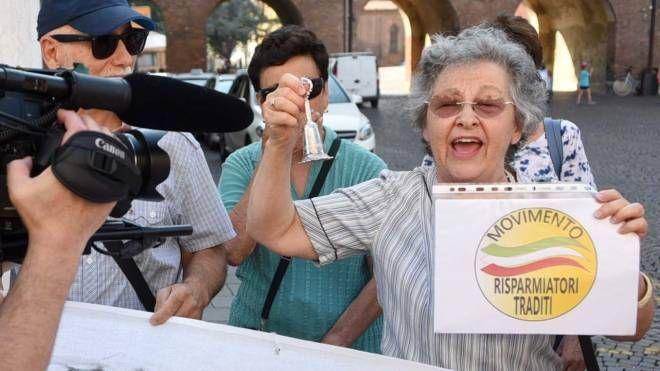 Giovanna Mazzoni (Movimento Risparmiatori Traditi) durante una manifestazione pubblica