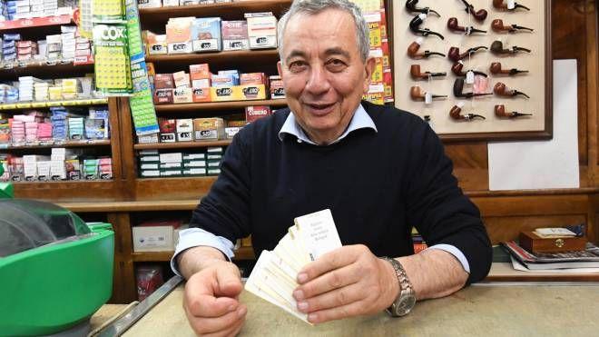 Il tabaccaio Oriano Cattani mostra un mazzo di biglietti Tper