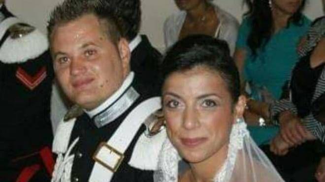 Emanuele Reali, vice brigadiere morto a Caserta, con la moglie