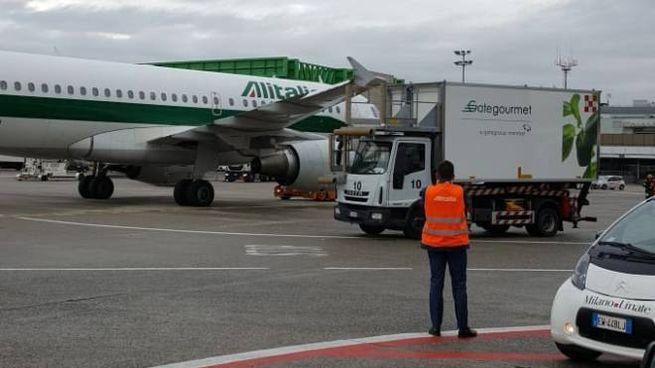 L'incidente fra l'aereo e il furgone a Linate (Newpress)