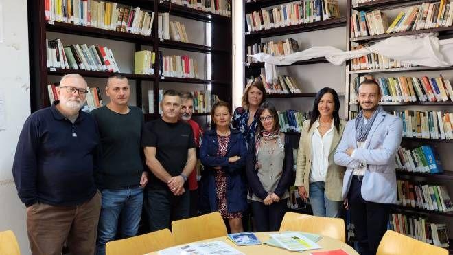 Alcuni detenuti con l'area educativa del carcere, i curatori Michele Bulzomì (che è anche l'illustratore del libro) e Antonia Casini e la casa editrice Mds
