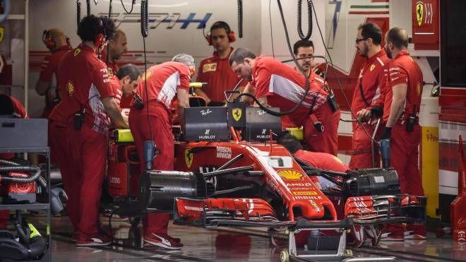Il team Ferrari lavora sulla monoposto di Kimi Raikkonen (Ansa)