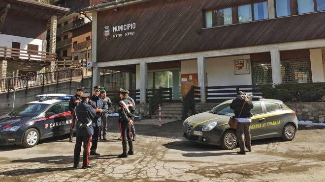 Guardia di Finanza e carabinieri fuori dal municipio di Foppolo