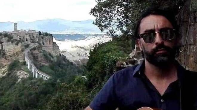 Augusto Lalli con Arquata sullo sfondo. Sfrattato dal sisma, abbandonati dalle istituizoni