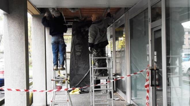 L'ingresso danneggiato  del locale inaugurato  il 15 settembre