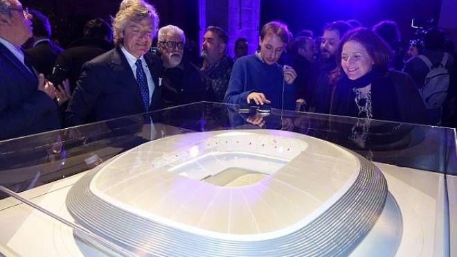 Il grande campione Giancarlo Antognoni e il modello del nuovo stadio della Fiorentina