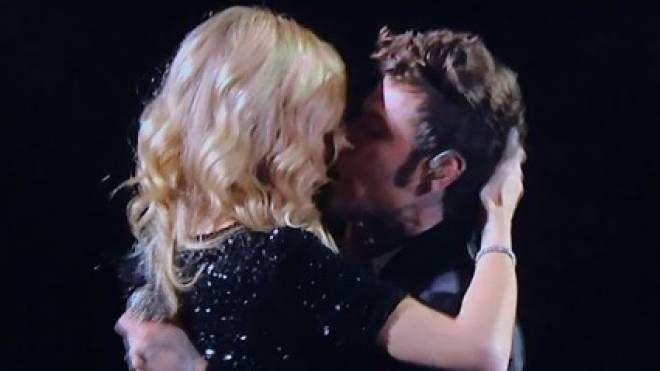 Il bacio a X Factor tra Fedez e Chiara Ferragni