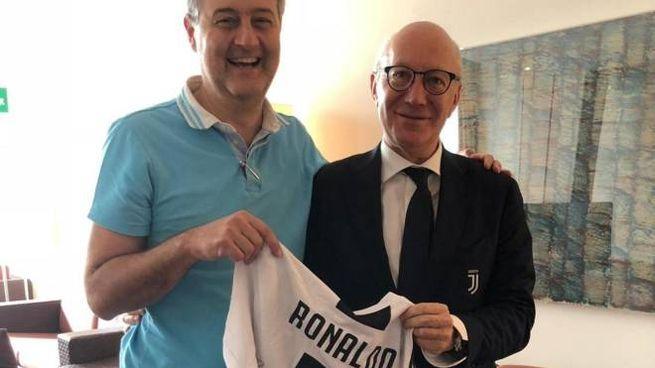 La maglia autografata da Cristiano Ronaldo e da lui stesso donata all'associazione pratese che aiuta le famiglie in difficoltà