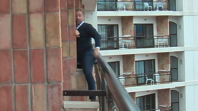 L'avvocato Buricchi scavalca il divisorio tra i balconi