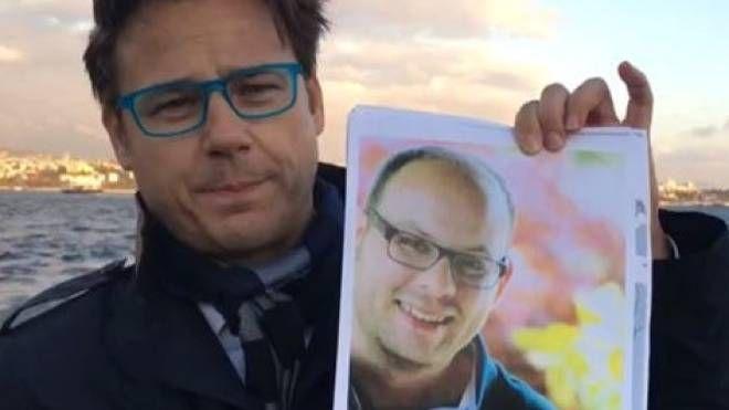 L'eurodeputato Angelo Ciocca a Istanbul con la foto di Alessandro Fiori