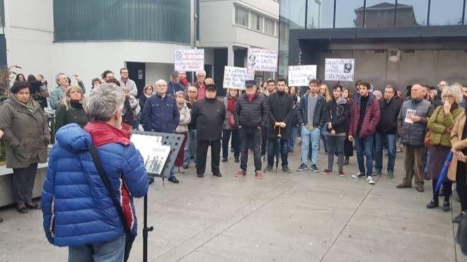 La protesta di ieri davanti alla biblioteca