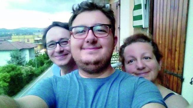Patrick Ceccomarini, 23 anni, in un selfie con i genitori