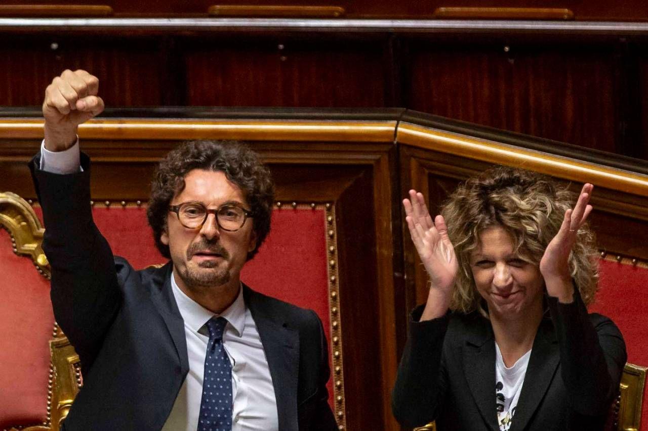 Toninelli in Aula: pugno chiuso (e altri gesti) per l'ok al decreto Genova