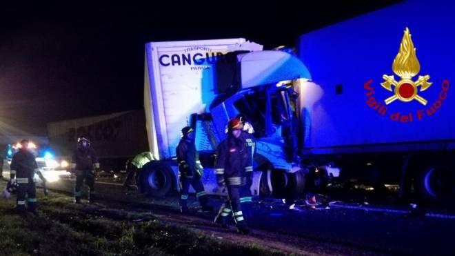 Uno degli incidenti della notte sulla A1 (foto Vigili del Fuoco)