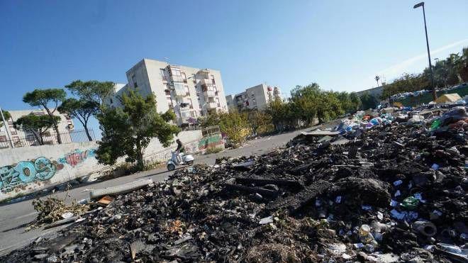 Incendiati i rifiuti a Torre del Greco (Ansa)